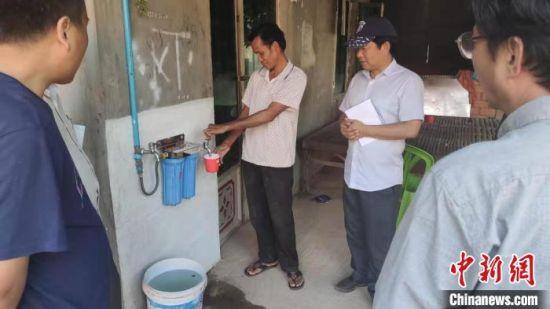 图为甘肃雨水收集系统和水质净化装置在洞里萨湖砷污染省区农户家的示范应用。(资料图) 甘肃省科技厅供图