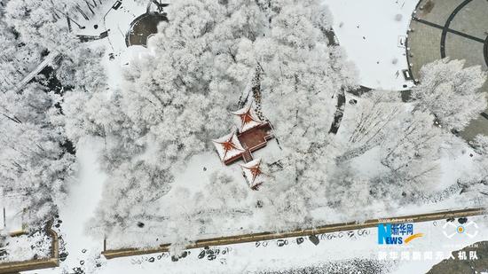 这是3月31日航拍的甘肃省张掖市肃南裕固族自治县雪景。新华网发(张海涛 摄)
