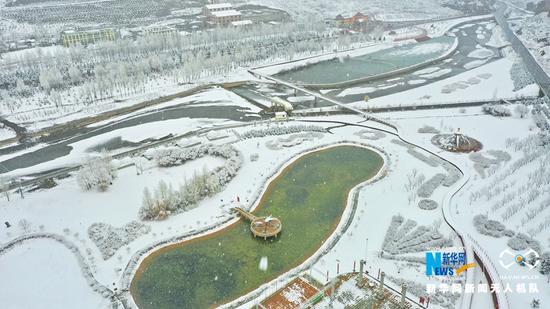 这是3月31日航拍的甘肃省张掖市肃南裕固族自治县雪景。新华网发(武雪峰 摄)