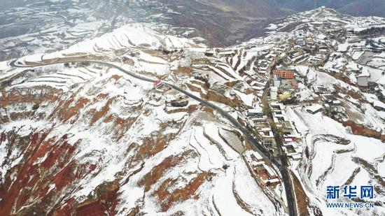 这是4月3日在甘肃省东乡族自治县柳树乡拍摄的乡村公路(无人机照片)。新华社发(史有东 摄)