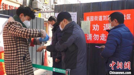 疫情发生后,居民(左一)主动请缨争当防控志愿者,缓解了部分检查点人手不足的难题。