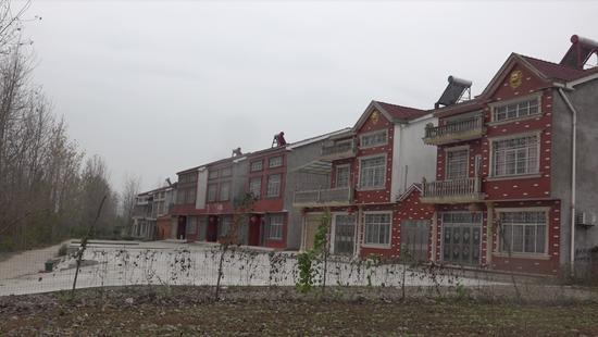 中部某村庄盖起的新房。