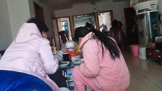 孕期不同,代孕妈妈们分开吃饭。