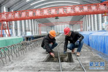 工人在临大高速公路预制梁场现场作业(11月4日摄)。 新华社发(史有东 摄)