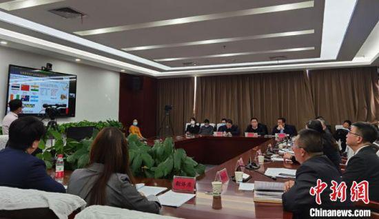 """2021年2月3日,马来西亚—中国(兰州)农产品线上贸易交流对接会在兰州举行,来自马来西亚的92家企业代表和甘肃25家农产品及物流企业代表""""云上""""共觅商机。(资料图) 丁思 摄"""
