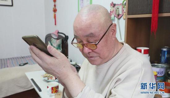 2月10日,在沈阳市沈河区多福社区,78岁的独居老人郭东辉和在外地的女儿视频通话。新华社记者 赵泳摄