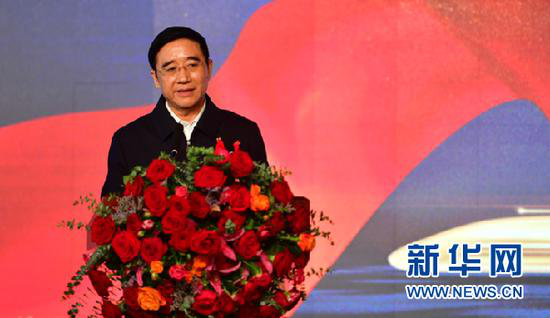 5月6日,编剧孟广顺在开机仪式上讲述电影《高铁作证》的由来。新华社记者 陈斌 摄