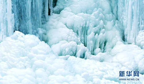 这是官鹅沟国家森林公园内的一处冰瀑景观(1月18日摄)。新华社记者 陈斌 摄