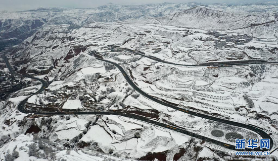 这是4月3日在甘肃省东乡族自治县东塬乡拍摄的乡村公路(无人机照片)。新华社发(史有东 摄)