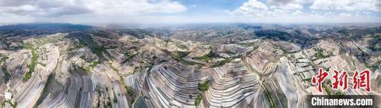 甘肃省定西市安定区层层梯田缠绕黄土高原,美如画卷。