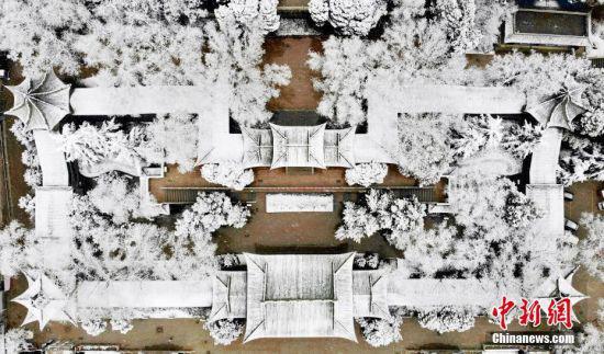 图为航拍兰州白塔山雪景。 中新社记者 高展 摄
