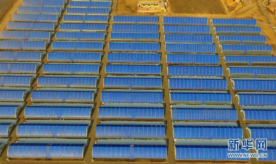 这是12月12日拍摄的甘肃省东乡族自治县那勒寺易地扶贫搬迁安置点后续产业园的温棚(无人机照片)。新华社发(史有东 摄)