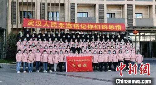 3月21日,于1月28日(大年初四)紧急集结驰援湖北的甘肃省第一批医疗队137名队员,在奋战了54个日夜、圆满完成支援湖北的工作任务后,乘机返回甘肃,包括甘肃省人民医院的7名医护人员。(资料图)甘肃省人民医院供图