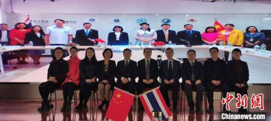 2月25日,甘肃省卫生健康委与泰国卫生部泰医和替代医学司共同举办《关于传统医药研究和发展的合作谅解备忘录》线上签约仪式。甘肃省卫生健康委供图
