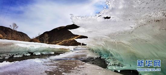 逐渐消融的冰盖。新华网发(武雪峰 摄)