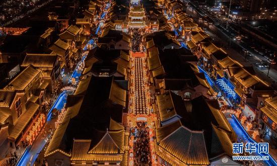 兰州老街华灯庆佳节(2月22日航拍图)。新华网发(张美文 摄)