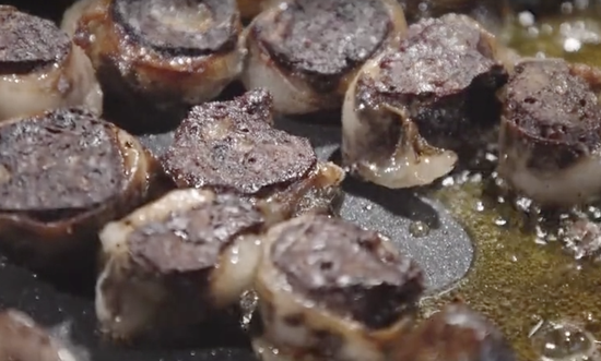 """裕固族的特色美食""""脂裹肝""""。 视频截图"""