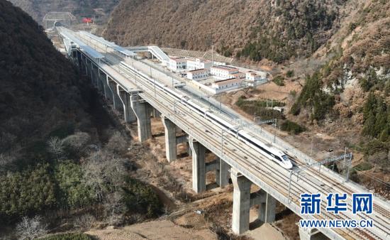 一列动车驶过东岔站(无人机照片)。新华社记者 张智敏 摄