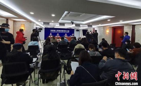 """4月2日,甘肃省政府新闻办举行2021""""东亚文化之都·中国敦煌活动年""""新闻发布会。 李亚龙 摄"""