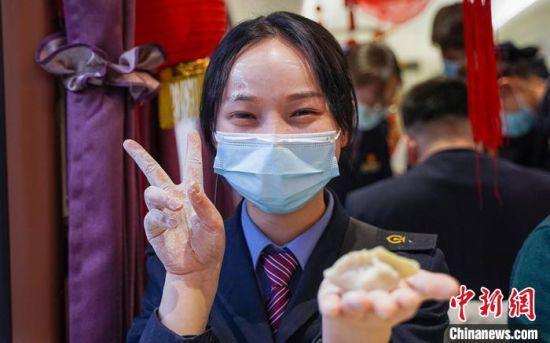 图为兰州客运段乘务人员展示自己包的饺子。 田多伟 摄