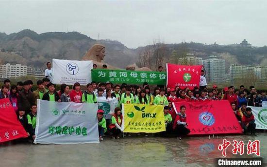 """图为甘肃省环保志愿者开展""""世界水日""""宣传活动。(资料图)甘肃省生态环境厅供图"""