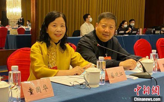 图为全国政协委员、中国科学院近代物理研究所研究员蔡晓红(左一)。受访者供图