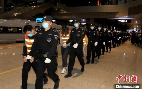 4月22日,甘肃警方押解非法贩卖公民信息团伙案61名犯罪嫌疑人归案。