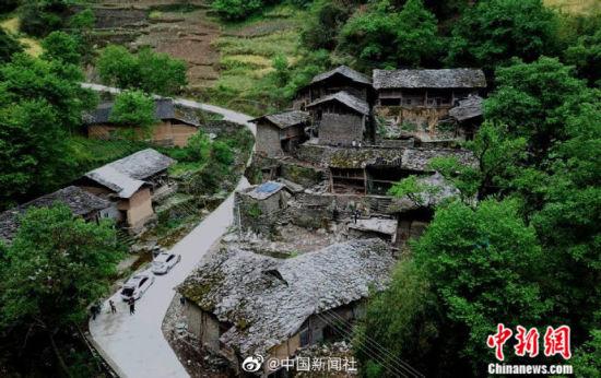 5月中旬,一个位于甘肃陇南市文县峭壁深山中,以石头建筑为主的百年古村落——巴巴沟村,在游人玩耍时偶然被拍摄到。