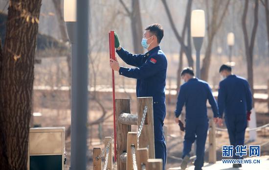 3月4日,甘肃省森林消防总队应急通信与车辆勤务大队指战员来到兰州市黄河风情线,进行义务劳动。新华网发 (裴海博 摄)