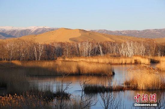 """游人站在湖边随时可以看到湖面""""冰裂"""",一条条裂痕从湖中央似""""箭""""一般穿梭,一直裂到脚下,使得景区平添了些许神秘。图为白沙湖结冰的湖面上,一条条裂痕使得景区平添了些许神秘。杨东东 摄"""