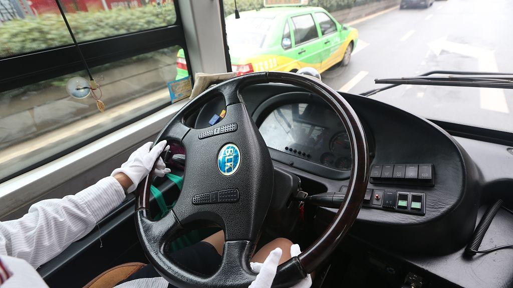 广西平南一公交车撞上摩托车致1死 公交车司机被控制