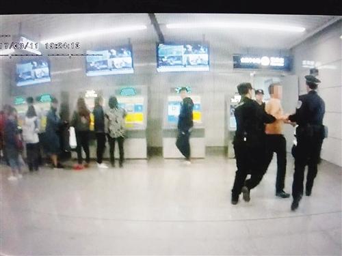 南宁:男子醉酒当众脱衣大闹地铁 清醒后主动道歉