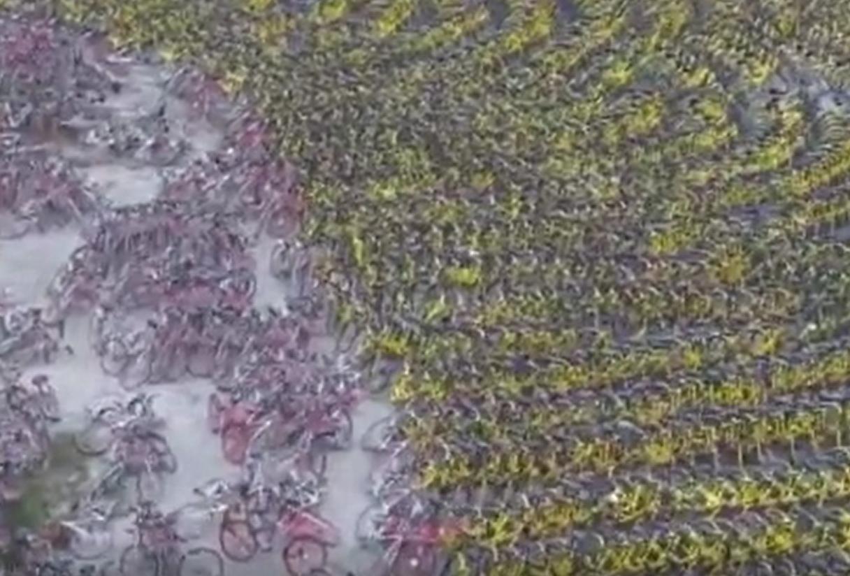 密集恐惧症犯了!航拍广西南宁几千辆共享单车堆放