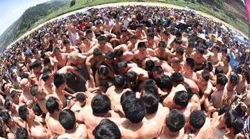 广西北部男子赤身上阵抢花炮场面激烈