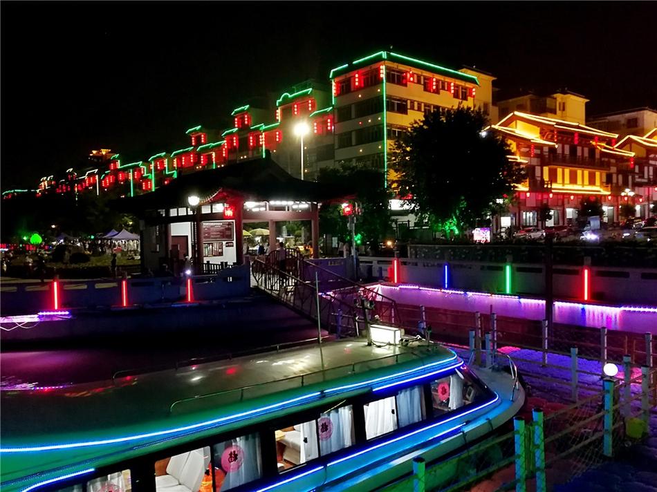 民国小镇背靠绣江,这亦是一个被规划得绚丽无比的景点.夜幕降