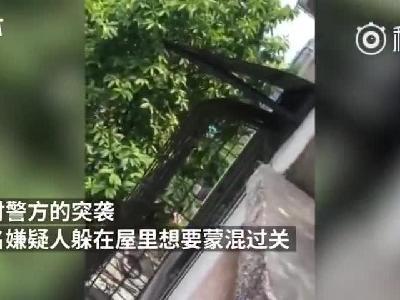 """柳州:遭民警围捕 毒贩怂了喊""""你别拿枪指"""""""