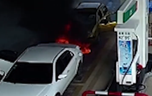 贺州一加油站内轿车爆炸自燃 员工一分钟扑灭