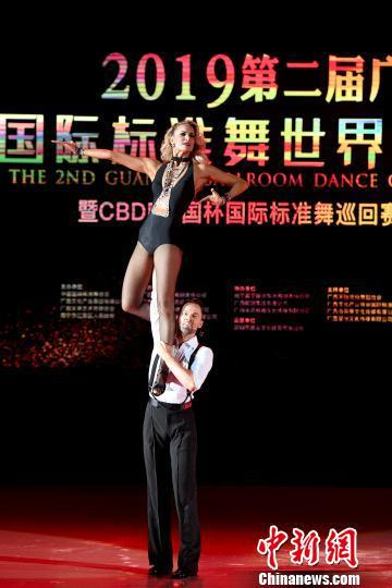 世界美式摩登舞冠军Travis Tuft和Jaimee Tuft精彩献艺。 俞靖 摄