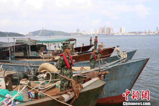 图为抓获的涉案渔船。 伍勇 摄