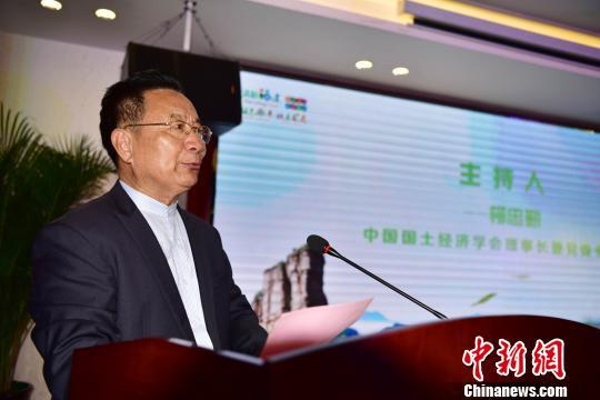 5月19日,中国国土经济学会理事长兼党委书记柳忠勤主持会议。 张丽君 摄