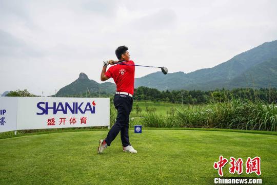 图为选手在桂林山水间挥杆。 唐梦宪 摄