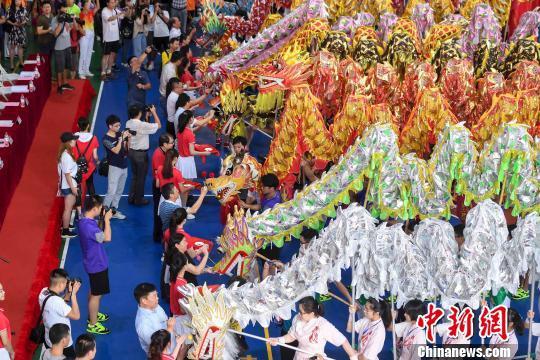嘉宾为第十一届中国大学生舞龙舞狮锦标赛的龙头点睛。 杨华峰 摄