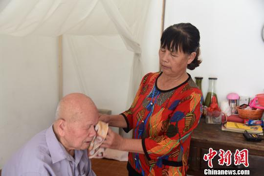 广西女子照顾失明老人36年 老人:没有她我活不到今天