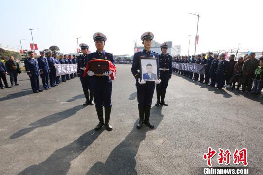 消防英雄孟鸣之烈士魂归故里。 蒋英 摄