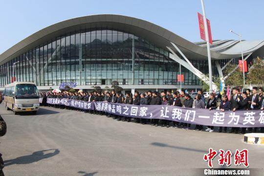 广西桂林市社会各界人士迎接救火英雄孟鸣之烈士回家。 蒋英 摄