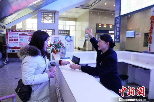 客运值班员唐荣婷每天回答旅客问讯5000多人次。 李育全 摄
