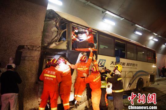 4死多人受伤!一大客车在广西高速路失控撞隧道壁