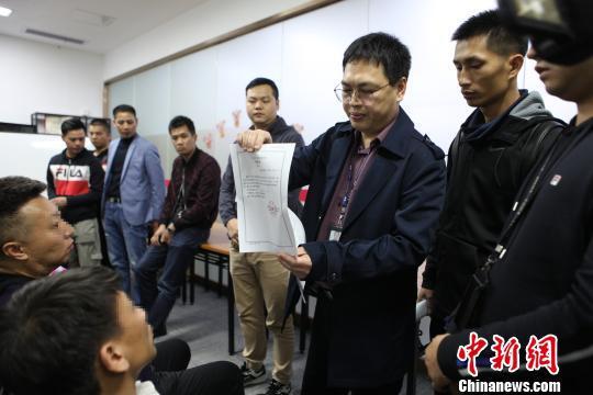 警方现场对主要嫌疑人采取强制措施 黄荣平 摄