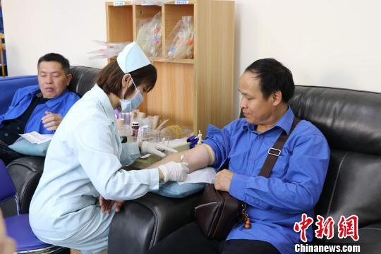 """""""的哥""""参与献血。 李香凝 摄"""