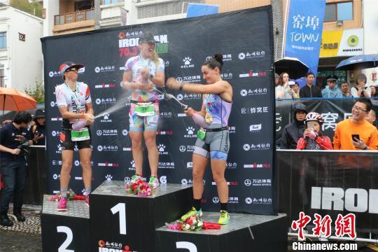 职业女子组前三名在领奖台开香槟庆祝。 林馨 摄
